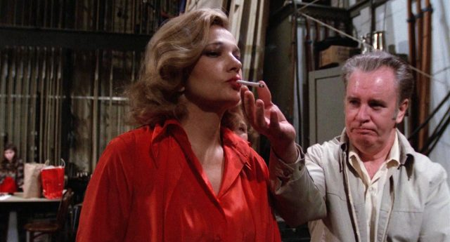 Myrtle Gordon (Gena Rowlands) raucht im Backstage-Bereich unter Assistenz von Bobby (John Finnegan) eine Zigarette