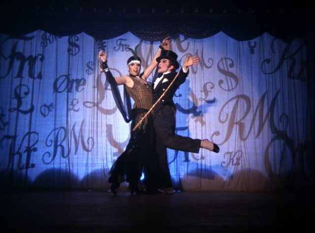"Sally Bowles (Liza Minnelli) und The Master of Ceremonies (Joel Grey) während ihrer Bühnenshow im ""Kit Kat Club"""