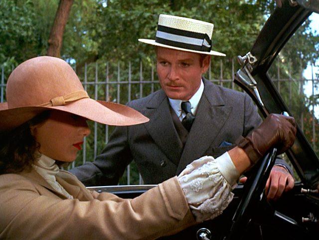 Fritz Wendel (Fritz Wepper) steht am Cabrio, indem Natalia Landauer (Marisa Berenson) am Steuer sitzt
