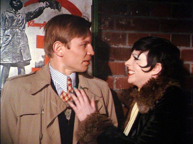 Brian Roberts (Michael York) und Sally Bowles (Liza Minnelli) stehen nachts vor einer Mauer