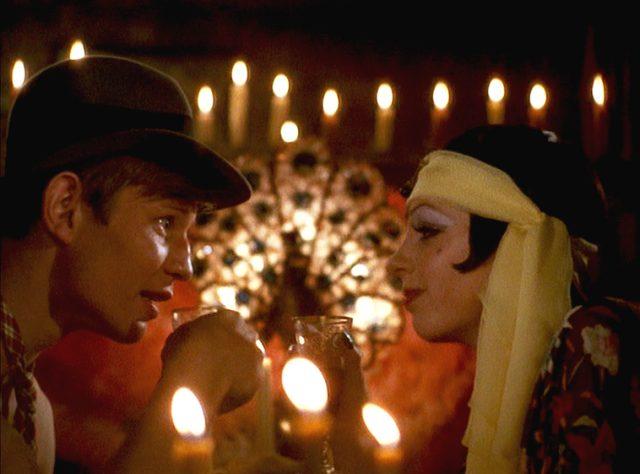Brian Roberts (Michael York) und Sally Bowles (Liza Minnelli) bei einem romantischen Abend
