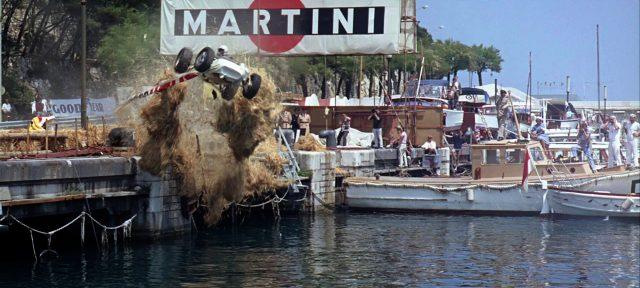 ein Rennwagen fliegt beim Rennen von Monaco von der Strecke und befindet sich auf dem Flug ins Wasser