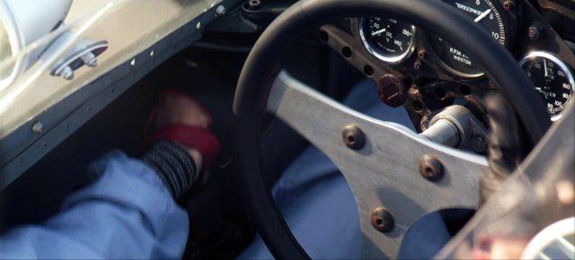 Nahaufnahme eines Rennwagencockpits mit Blick auf das Lenkrad und die Anzeigen