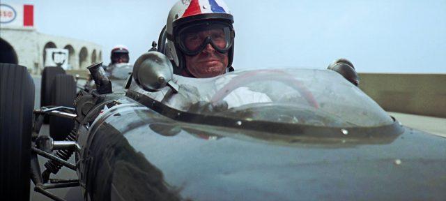 Pete Aron (James Garner) mit dreckverschmiertem Gesicht in seinem Wagen während des Rennens von Monaco