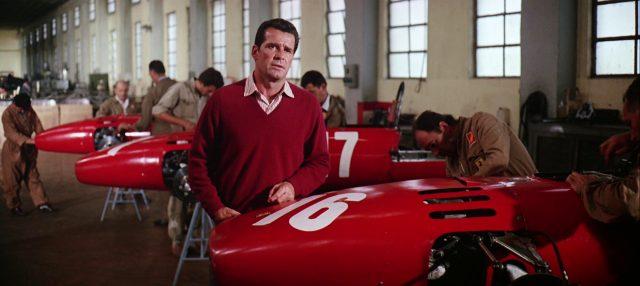 Pete Aron (James Garner) in der Rennwagenfabrik von Ferrari, in der Monteure an unfertigen Wagen werkeln, Copyright: Turner Entertainment