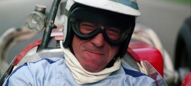 Nahaufnahme von Jean-Pierre Sarti (Yves Montand) während des Rennens in seinem Cockpit