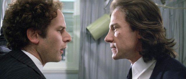 Alex Linden (gespielt von Art Garfunkel) und Kommissar Netusil (gespielt von Harvey Keitel) im Gespräch, Copyright: Rank Organisation, Koch Media