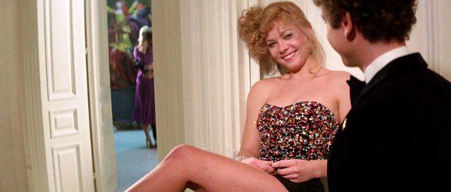 Milena Flaherty (gespielt von Theresa Russell) versperrt Alex Linden (gespielt von Art Garfunkel) mit ausgestrecktem Bein den Weg durch den Flur