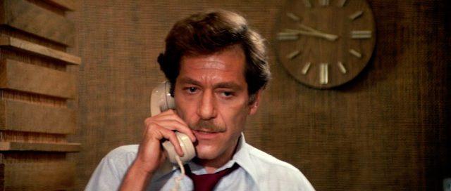 Harry Calder (gespielt von George Segal) telefoniert