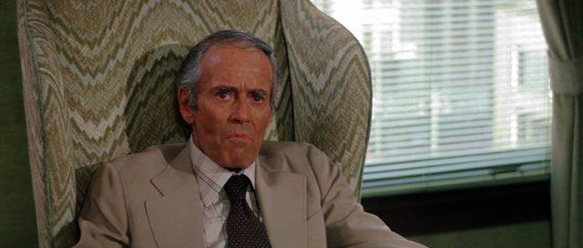 Simon Davenport (gespielt von Henry Fonda) sitzt in einem Sessel
