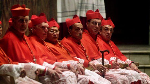 eine Reihe von Kardinälen im Vatikan