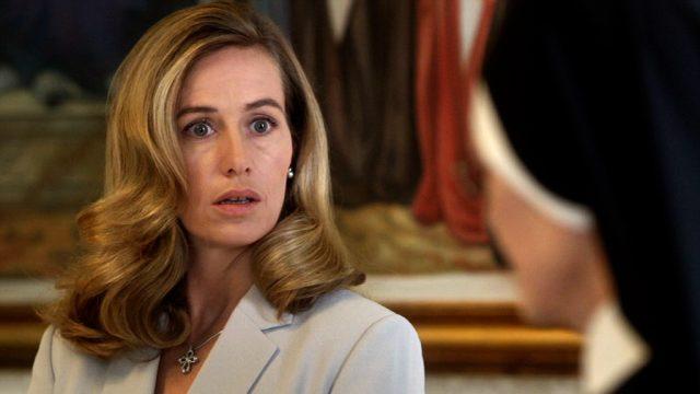 die päpstliche PR-Beraterin Sofia (gespielt von Cécile De France) mit entsetztem Gesicht