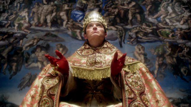 Papst Pius XIII. (gespielt von Jude Law) in Ornamentmontur