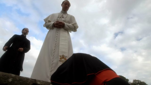 Kardinal Voiello zu Füßen von Papst Pius XIII. (gespielt von Jude Law), Copyright: Wildside, Sky Italia, Haut et Court TV, HBO, Mediapro