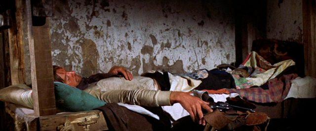 ein Mann liegt in seiner Schlafkoje, Copyright: Turner Entertainment, Warner Bros.
