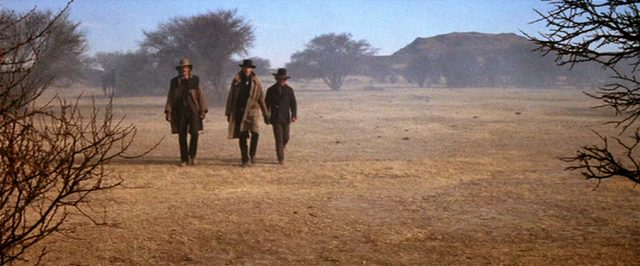 drei Männer in karger Gegend