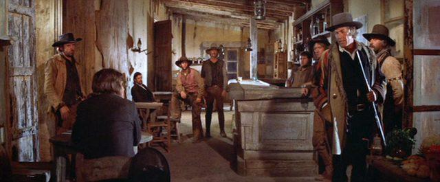 mehrere Männer in einer verschlissenen Kneipe, Copyright: Turner Entertainment, Warner Bros.