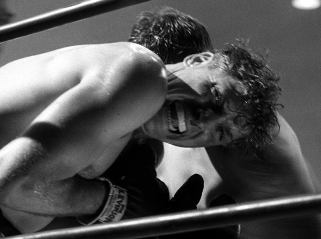 Burt Lancaster als der Schwede mit schmerzverzerrtem Gesicht im Boxring