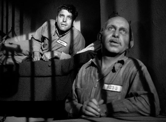 der Schwede (gespielt von Burt Lancaster) und ein Mitansasse (gespielt von Vince Barnett) in ihrer Gefängniszelle, deren Gitterstäbe sich durch das Mondlicht an ihnen abzeichnen
