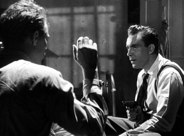 Edmond O'Brien als Jim Reardon, der jemanden in einem Zimmer mit einer Pistole bedroht