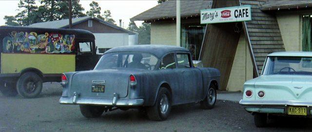 der 1955 Chevrolet steht geparkt vor einem Café, Copyright: Universal