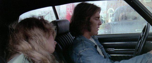 Laurie Bird als The Girl (schlafend auf dem Beifahrersitz) und Dennis Wilson als The Mechanic am Steuer