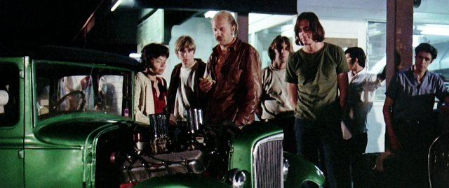 Rudy Wurlitzer als Fahrer eines Hot Rod im Gespräch mit dem Driver (gespielt von James Taylor), Copyright: Universal