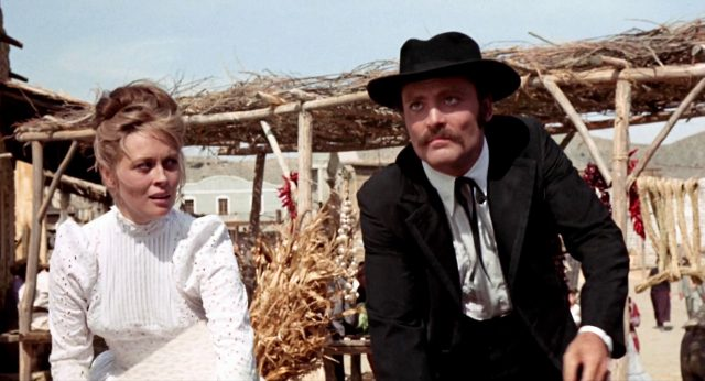 Katie Elder (gespielt von Faye Dunaway) im weißen Kleid neben Doc Holliday (gespielt von Stacy Keach) in Tombstone, Copyright: Frank Perry Films, Black Hill Pictures