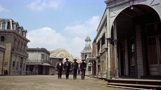 Holliday und die Earp-Brüder marschieren auf der leeren Hauptstraße von Tombstone
