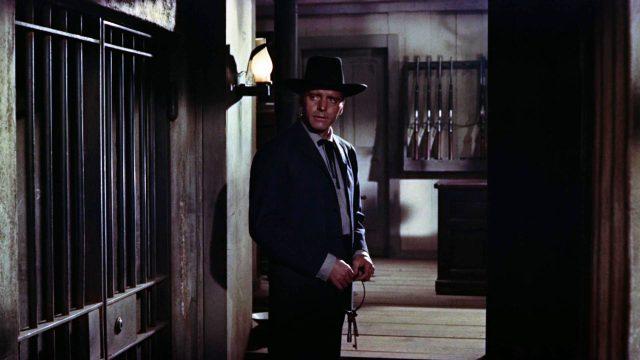 Wyatt Earp (gespielt von Burt Lancaster) blickt in den Zellentrakt, während er einen Schlüsselbund in seinen Händen hält