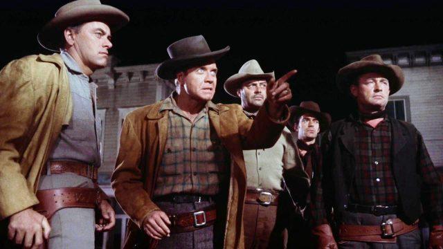 fünf Mitglieder der Clanton-Gang stehen im nächtlichen Tombstone auf der Straße