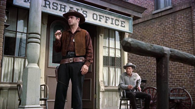 Die Brüder Virgil und Morgan Earp (gespielt von John Hudson und DeForest Kelley) auf der Veranda des Marshal's Office, Copyright: Paramount, HalB. Wallis & JosephH. Hazen