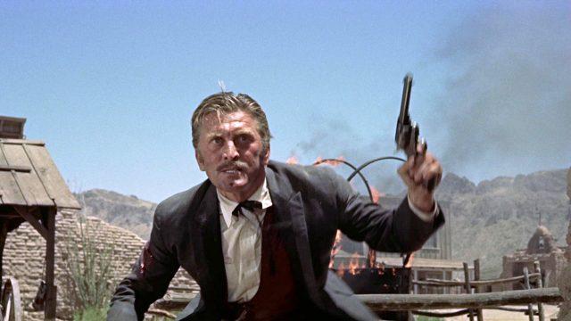 Kirk Douglas als Doc Holliday mit gezücktem Revolver während der Schießerei am O.K. Corral