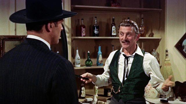 Kirk Douglas als Doc Holliday kurz nach seiner Rasur im Gespräch mit Wyatt Earp