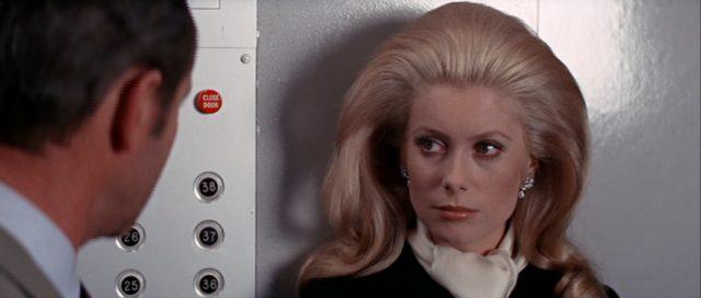 Catherine Gunther (gespielt von Catherine Deneuve) im Fahrstuhl