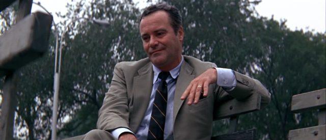 Howard Brubaker (gespielt von Jack Lemmon) sitzt auf einer Bank