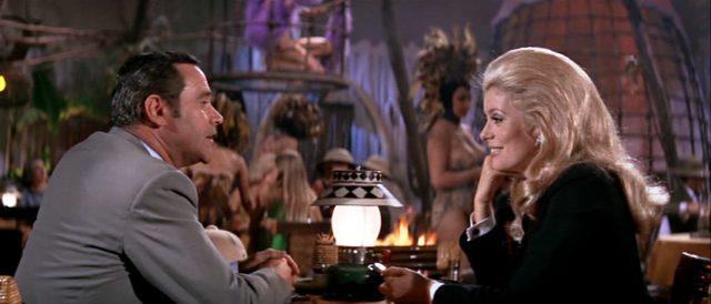 Howard Brubaker und Catherine Gunther (gespielt von Jack Lemmon und Catherine Deneuve) amüsieren sich in einem New Yorker Nachtclub