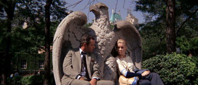 Howard Brubaker und Catherine Gunther (gespielt von Jack Lemmon und Catherine Deneuve) sitzen in einem Adler aus Stein im New Yorker Central Park