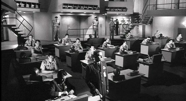 Blick in die Steuerungszentrale mit etlichen Terminals, an denen uniformierte Mitarbeiter, meist telefonierend, sitzen