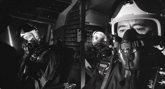 Cockpit eines US-amerikanischen Atombombers mit den beiden Piloten und dem Funker