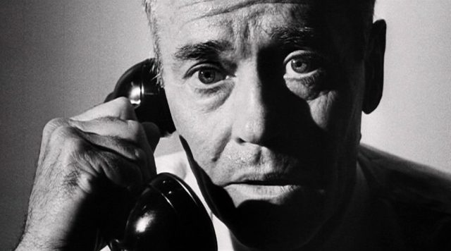 Closeup von Henry Fonda als US-Präsident mit Telefonhörer am Ohr
