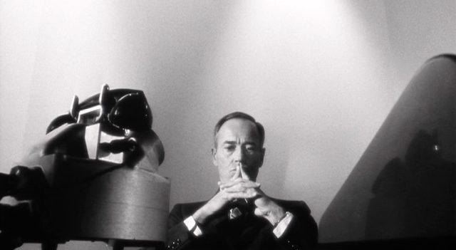 Henry Fonda als US-Präsident am Schreibtisch in seinem Atombunker, vor ihm ein Telefon