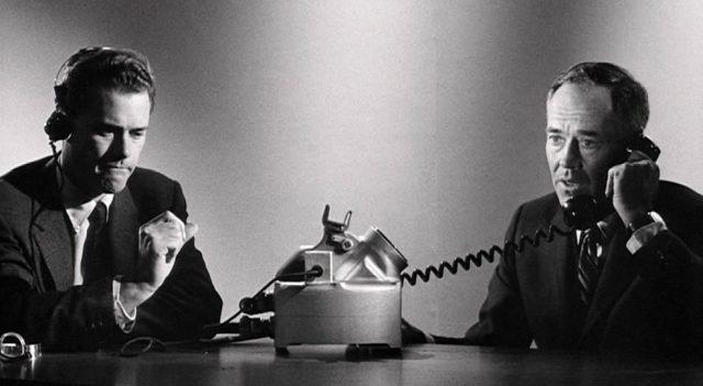 Dolmetscher Buck (gespielt von Larry Hagman) und der US-Präsident (gespielt von Henry Fonda) beim Telefonat im Atombunker des Weißen Hauses