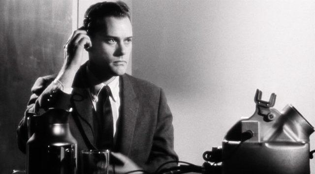 Larry Hagman als Dolmetscher Buck bei der Arbeit mit Hörer, Copyright: Columbia