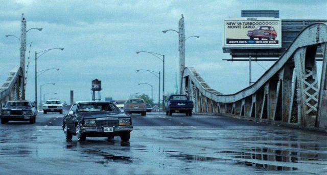 eine Limousine biegt nach Überquerung einer Brücke ab