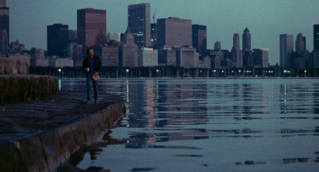 Frank (gespielt von James Caan) vor der frühmorgendlichen Skyline von Chicago am Ufer des Lake Michigan