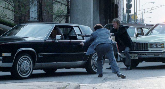 zwei Polizisten zwingen Frank mit Waffen aus seinem Fahrzeug