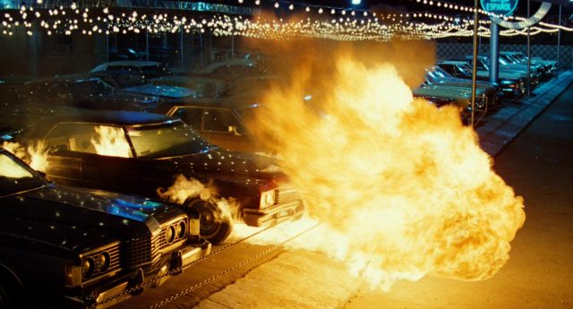 eine Feuersbrunst nachts auf dem Parkplatz von Franks Gebrauchtwagenhandels