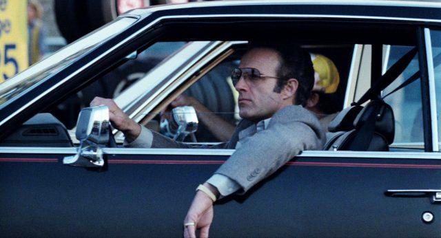 Frank (gespielt von James Caan) sitzt lässig in seiner Limousine
