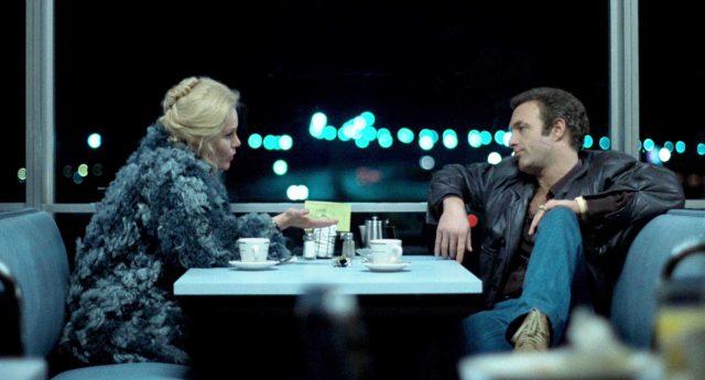 Jessie (gespielt von Tuesday Weld) und Frank (gespielt von James Caan) unterhalten sich an einem Tisch in einem Diner, draußen ist es dunkel